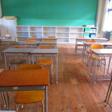 12月10日火曜日 久々(一週間ぶり)の登校。席が通路側に変っていた。